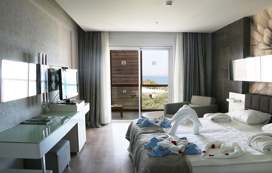 Marvelous Superior Room With Jacuzzi Gold Island Hotel Interior Design Ideas Pimpapslepicentreinfo